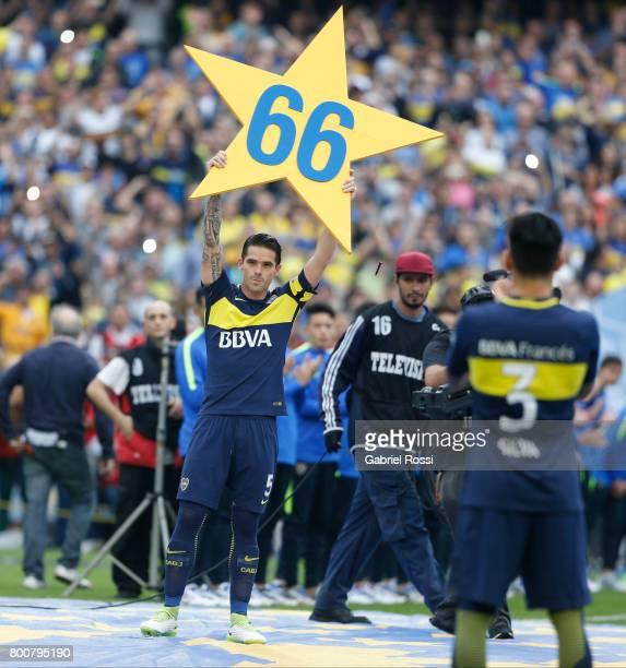 Fernando Gago celebrates the Torneo Primera Division 2016/17 title prior a match between Boca Juniors and Union as part of Torneo Primera Division...