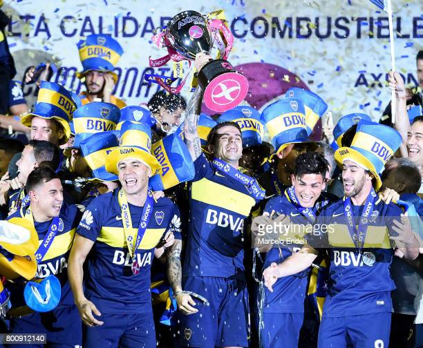 Fernando Gago of Boca Juniors lifts the trophy to celebrate with teammates after a match between Boca Juniors and Union as part of Torneo Primera...