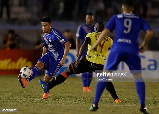 Fernando Gaibor of Emelec and Alejandro Castillo of Barcelona fight for the ball during a match between Emelec and Barcelona SC as part of Campeonato...