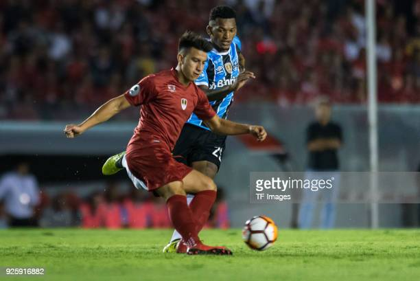 Fernando Gaibor of Independiente controls the ball during the first leg match between Independiente and Gremio as part of CONMBEOL Recopa...
