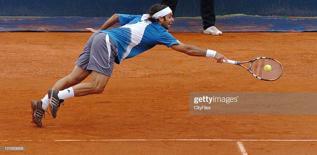 ATP - 2007 Estoril Open - Men's Singles - Henri Mathieu vs Fernando Gonzalez - May 1, 2007 : News Photo