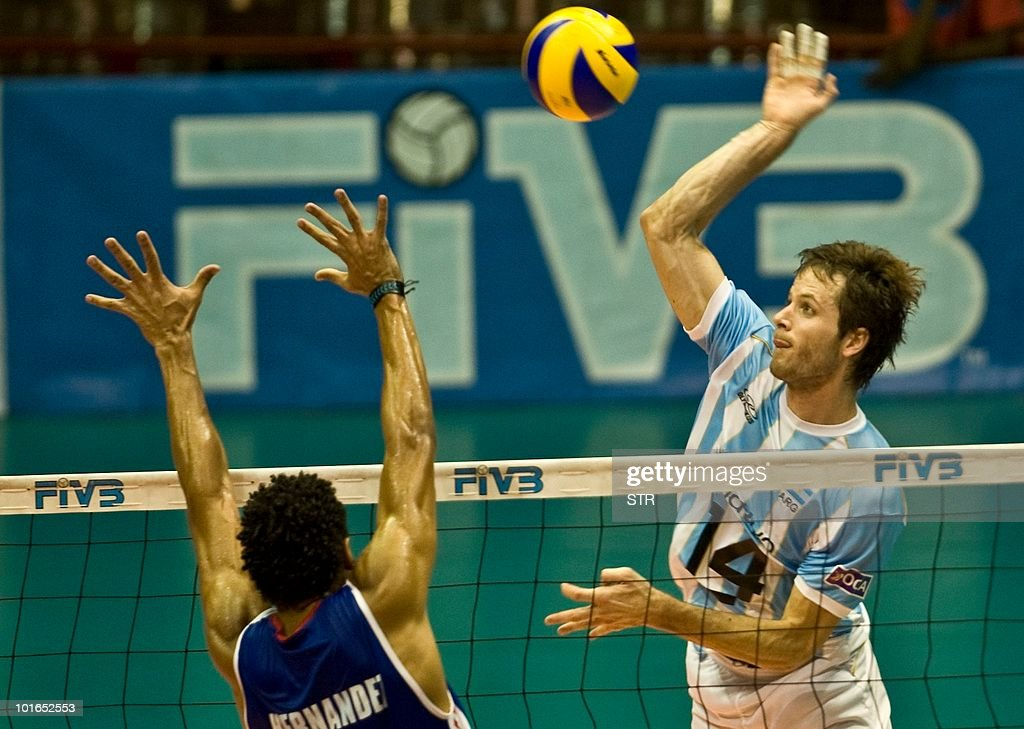 Fernando Hernadez (L) of Cuba tries to stop a spike from Argentine player Guillermo Garcia during their World League volleyball tournament match on June 5, 2010 in Havana. Cuba won 3-2.