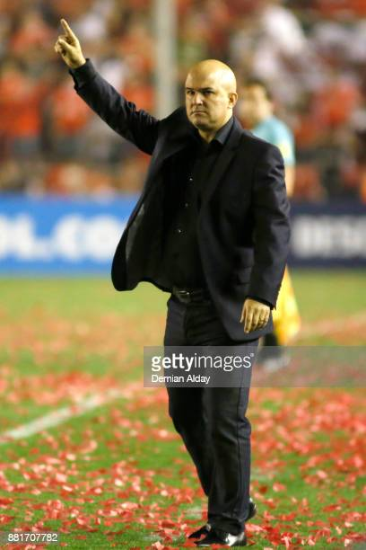 Fernando Jubero coach of Libertad gestures during a second leg match between Independiente and Libertad as part of the semifinals of Copa CONMEBOL...