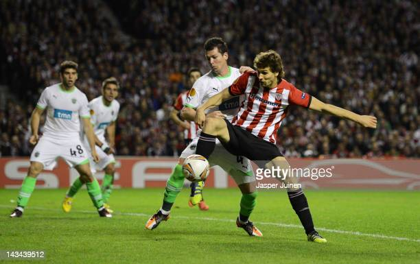 Fernando Llorente of Athletic Bilbao scores the last minute winning goal past Anderson Polga of Sporting Clube de Portugal during the UEFA Europa...