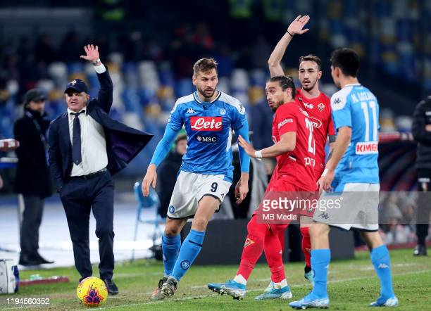 Fernando Llorente of SSC Napoli competes for the ball with Martín Caceres and Gaetano Castrovilli of ACF Fiorentina during the Serie A match between...
