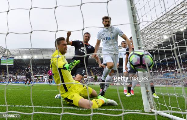 Fernando Llorente of Swansea City scores his sides first goal during the Premier League match between Swansea City and Everton at the Liberty Stadium...