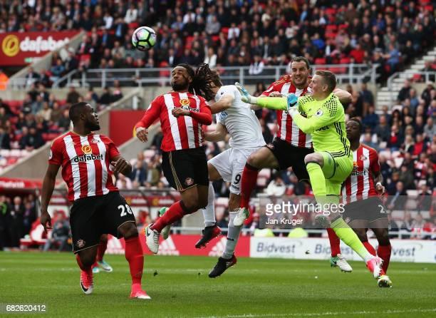 Fernando Llorente of Swansea City scores his sides first goal past Jordan Pickford of Sunderland during the Premier League match between Sunderland...
