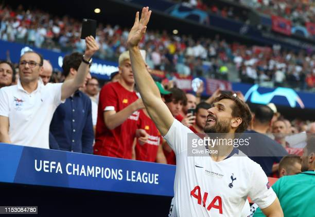 Fernando Llorente of Tottenham Hotspur waves to the crowd before the UEFA Champions League Final between Tottenham Hotspur and Liverpool at Estadio...