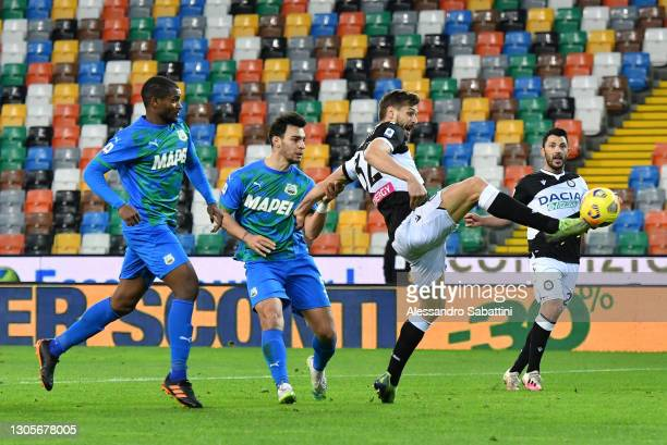 Fernando Llorente of Udinese Calcio scores their team's first goal during the Serie A match between Udinese Calcio and US Sassuolo at Dacia Arena on...