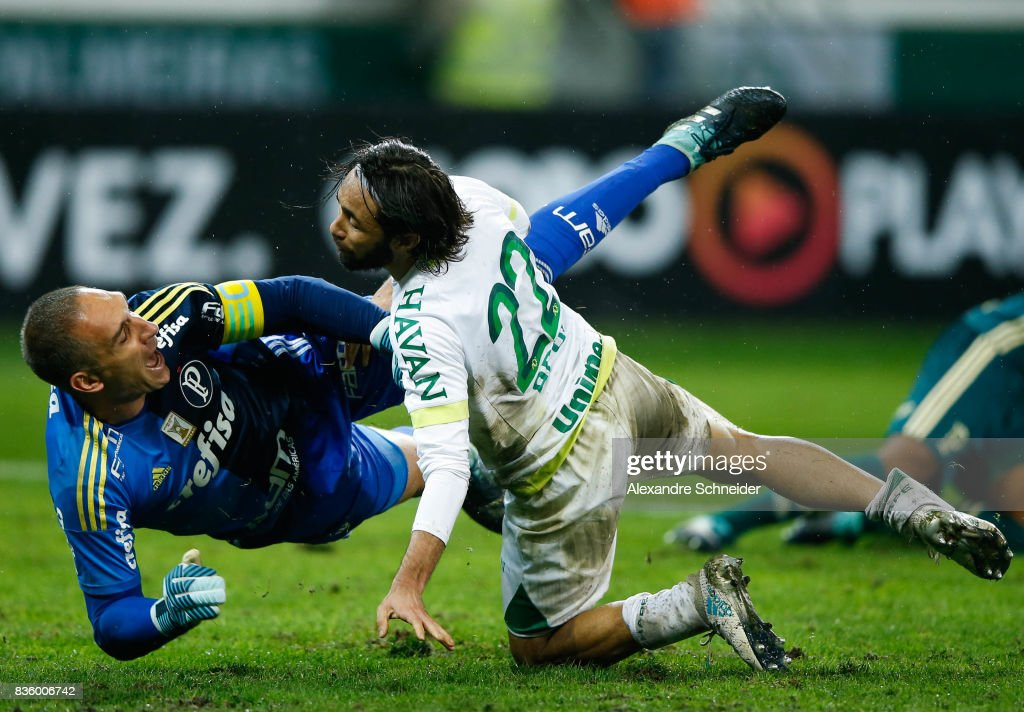 Fernando Prass (L) of Palmeiras and Apodi of Chapecoense in action during the match between Palmeiras and Chapecoense for the Brasileirao Series A 2017 at Aliians Parque Stadium on August 20, 2017 in Sao Paulo, Brazil.