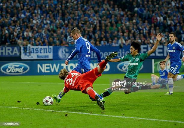 Fernando Torres of Chelsea beats Timo Hildebrand and Atsuto Uchida of Schalke 04 to score their second goal during the UEFA Champions League Group E...