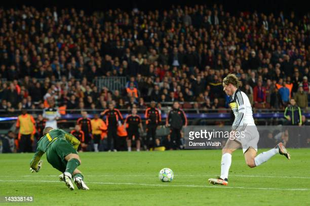 Fernando Torres of Chelsea runs through to score their second goal during the UEFA Champions League Semi Final second leg match between FC Barcelona...