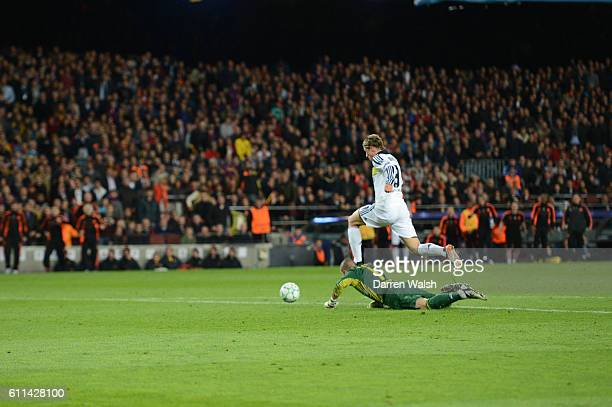 Fernando Torres of Chelsea scores their second goal during the UEFA Champions League Semi Final second leg match between FC Barcelona and Chelsea FC...