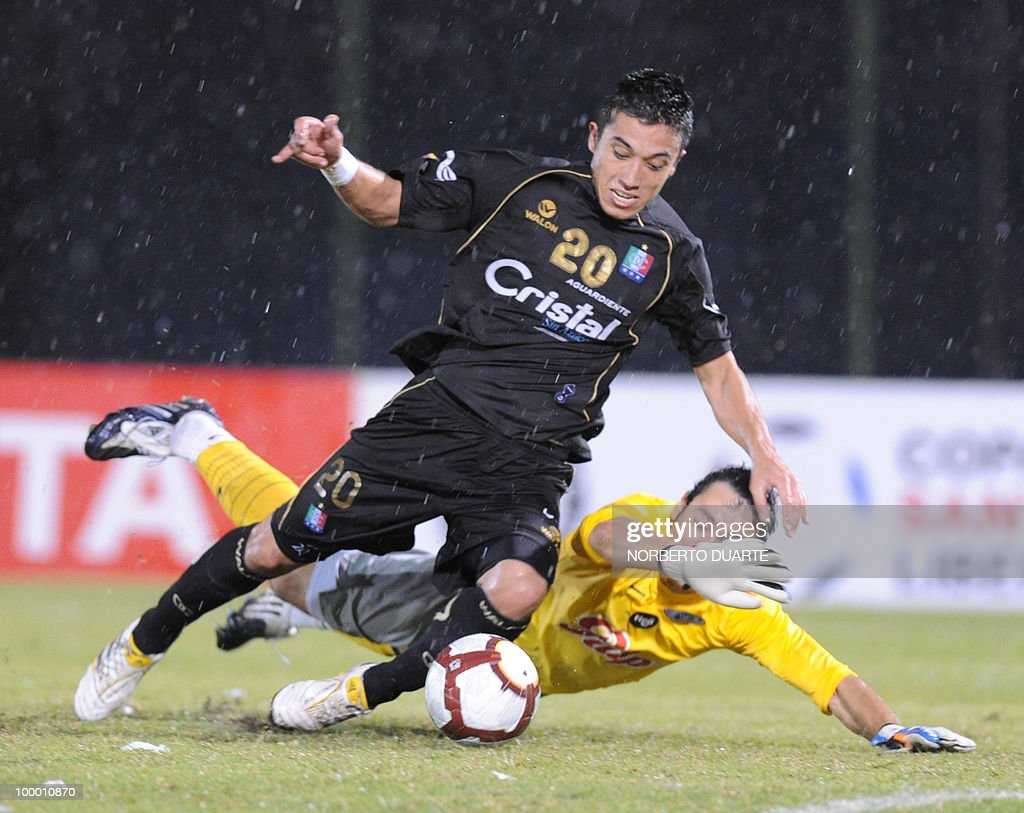 Fernando Uribe (R) of Colombia's Once Caldas vies for the ball with Bernardo Medina of Paraguay's Libertad during their Libertadores Cup football match on May 06, 2010 in Asuncion, Paraguay. AFP PHOTO / Norberto Duarte