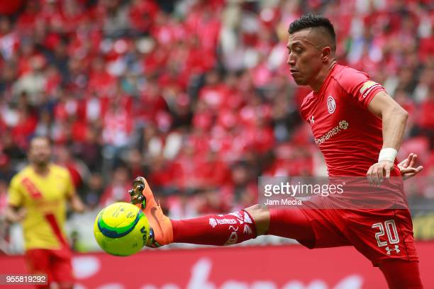 Fernando Uribe of Toluca kicks the ball during the quarter finals second leg match between Toluca and Morelia as part of the Torneo Clausura 2018...
