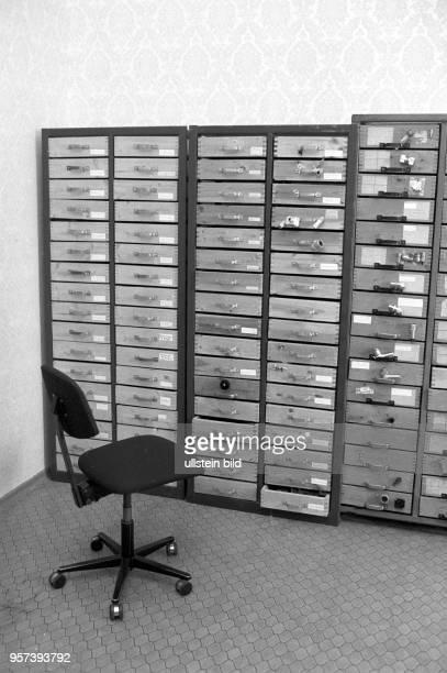 Fernmeldetechnische Anlagen und Geräte in den KuppelBauten auf dem Brocken aufgenommen imFebruar 1993 Als StasiMoschee bezeichnet war hier neben...