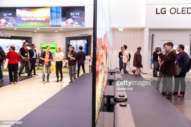 LG Fernseher von der Seitenansicht auf der IFA 2017 in Berlin