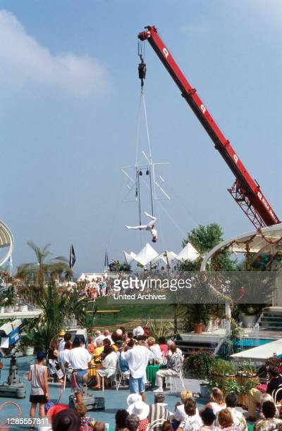 Fernsehgarten, Sonntags-Unterhaltungsshow, Sendung vom 3. Juli 1994, Hochseilartistin zeigt am Baukran hängend ihre Performance.
