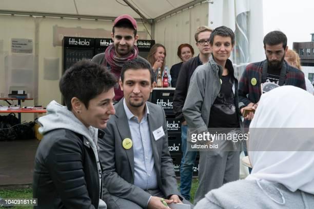 Fernsehmoderatorin und Journalistin Dunja Hayali auf dem CampfireMedienfestival in Dortmund im gespräch mit Geflüchteten die in Bochum das Magazin...