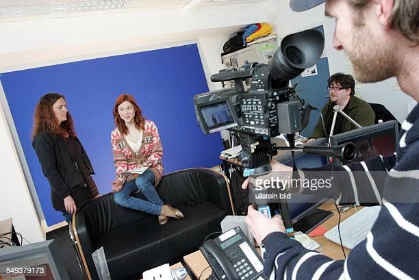 Fernsehserie - Online Redaktion v.li. Redakteurin Anje Hillnhagen - Darstellerin Lena Ehlers - Video Journalist Mirko Ludewig - produzieren Videos...