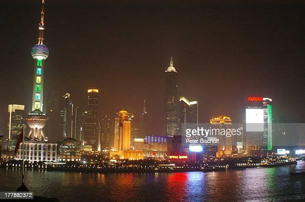 Fernsehturm Oriental Pearl Tower Convention Center Hotel ShangriLa Aurora Plaza Stadtteil Pudong Shanghai China Asien Fluss Huangpu Skyline Nacht...