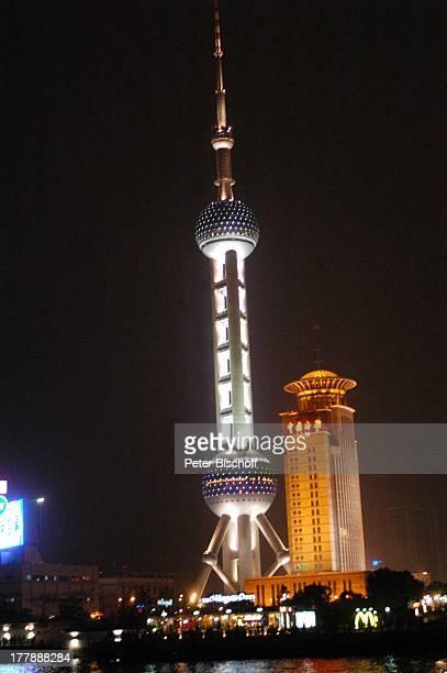 Fernsehturm Oriental Pearl Tower Stadtteil Pudong Shanghai China Asien Skyline Fluss Huangpu Nacht nachts Beleuchtung Hochhaus Wolkenkratzer...