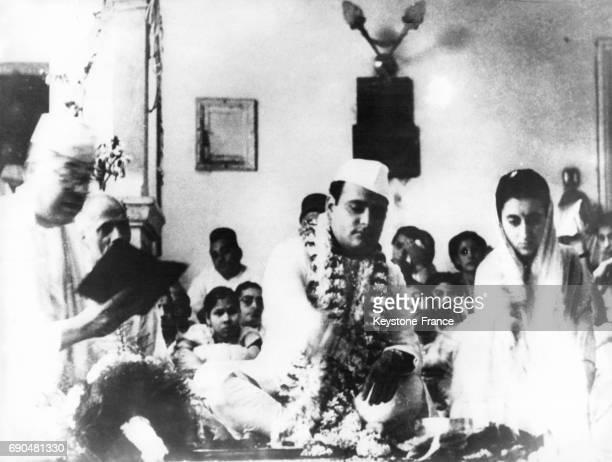 Feroze Gandhi et Indira Gandhi sont assis en tailleur devant les convives lors de leur cérémonie de mariage à Allahabad en Inde le 26 mars 1942