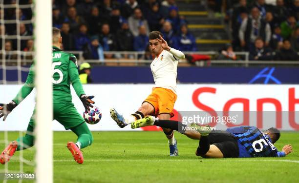 Ferran Torres of Valencia CF strikes the crossbar during the UEFA Champions League round of 16 first leg match between Atalanta and Valencia CF at...
