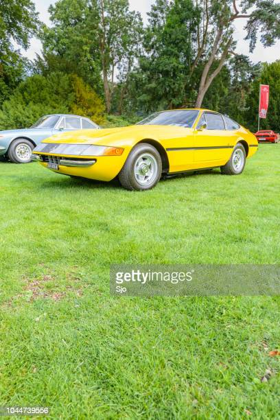 ferrari 365 gtb/4 daytona italian 1970s sports car in yellow - 1970s muscle cars stock pictures, royalty-free photos & images