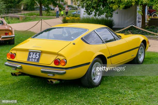 ferrari 365 gtb/4 daytona italian 1970s sports car in yellow - ferrari foto e immagini stock
