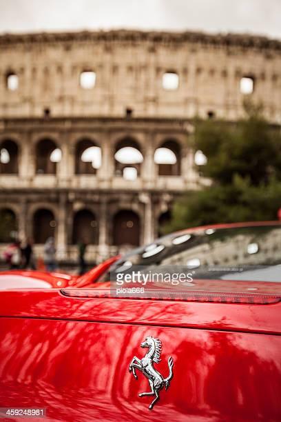 ferrari 458 italia und das kolosseum in rom - italia stock-fotos und bilder