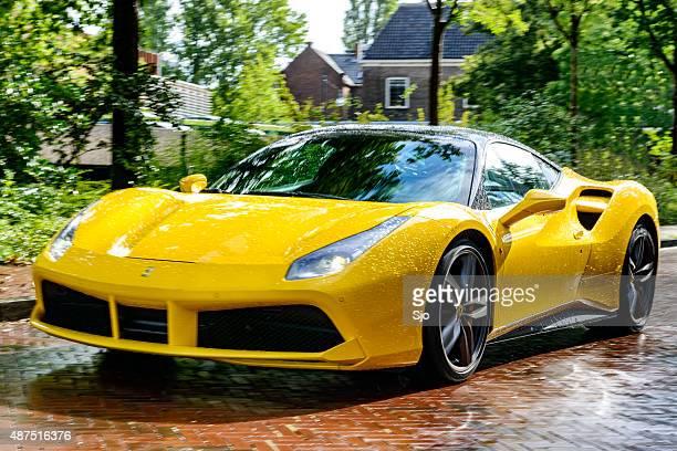 ferrari 488 gtb voiture de sport conduite sur la rue - ferrari photos et images de collection