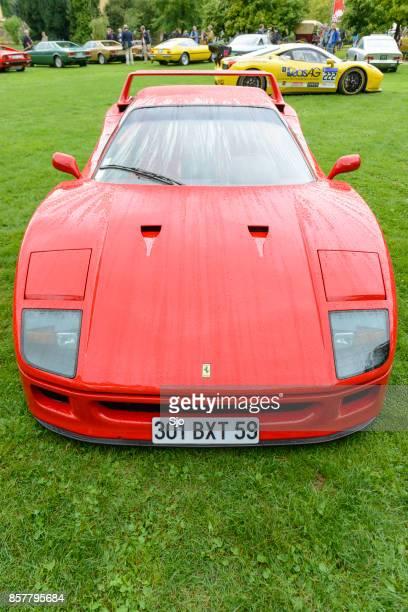 ferrari f40 supercar of the 1980s at a classic car show - ferrari foto e immagini stock