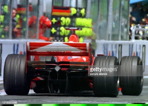 FerrariMechaniker signalisieren in flimmernder Hitze mit einer Tafel dem deutschen FerrariPiloten Michael Schumacher am 2861998 beim Großen Preis von...