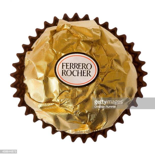 Ferrero Rocher Pralinen isoliert auf weißem Hintergrund