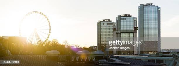 ferris wheel and buildings - ヨーテボリ ストックフォトと画像