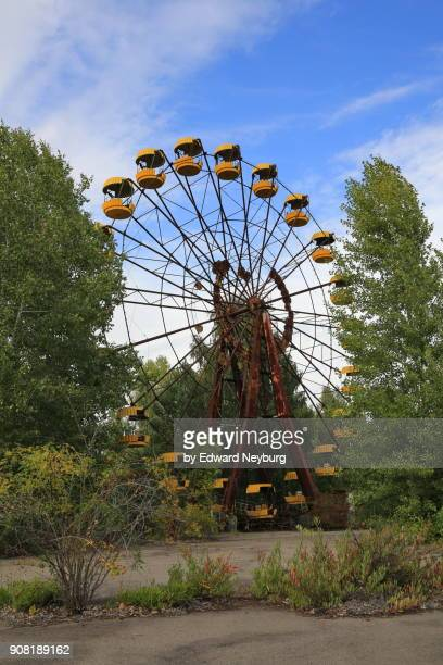 ferris wheel in amusement park of the ghost town pripyat - acidente nuclear de chernobil - fotografias e filmes do acervo