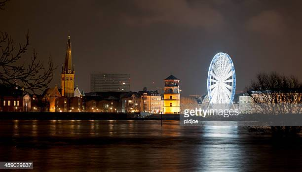 ferris wheel on rhine promenade in dusseldorf at night - düsseldorf stockfoto's en -beelden
