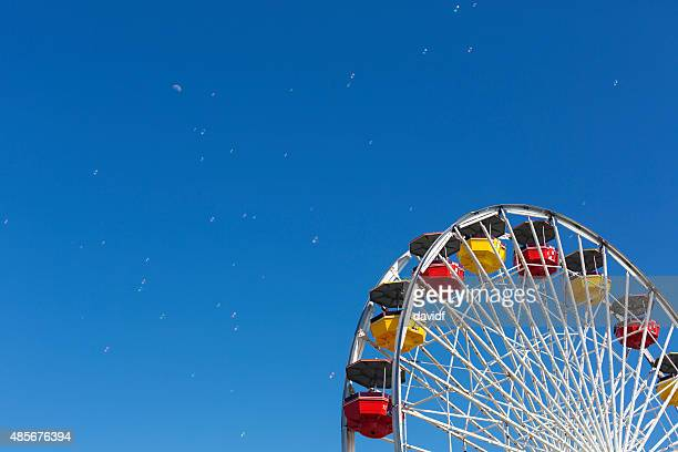 ferris wheel 、ブルースカイ - サンタモニカ ストックフォトと画像