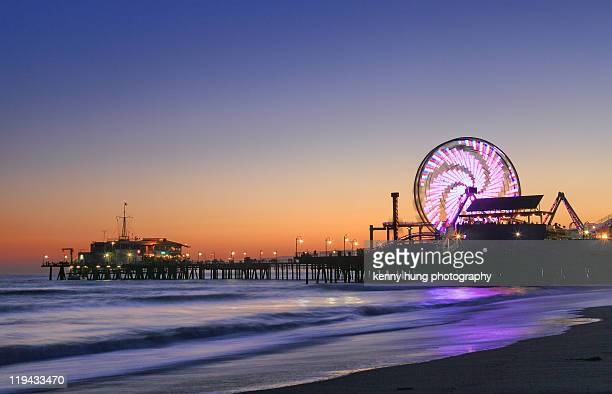 ferris wheels sunset long exposure los angeles - santa monica stock-fotos und bilder