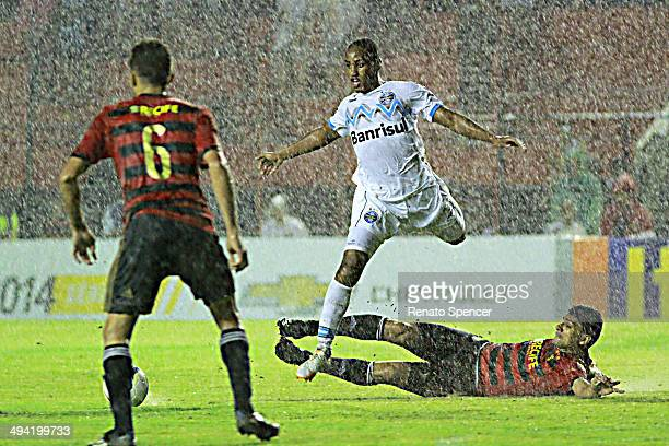 Ferron of Sport Recife battles for the ball with Tinga of Gremio during the Brasileirao Series A 2014 match between Sport Recife and Gremio at Ilha...