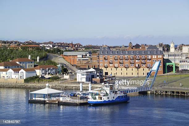 ferry across river tyne, south shields, tyne and wear, england - north shields stockfoto's en -beelden