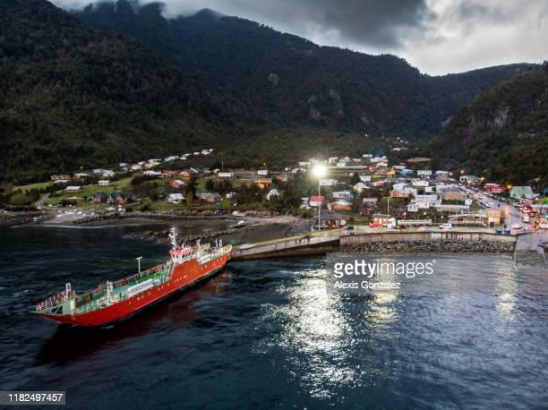 ferry llega a la arena en el sur de chile - puerto montt fotografías e imágenes de stock