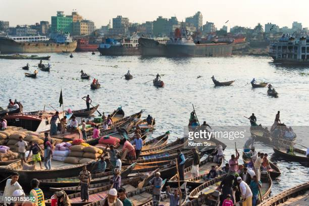 ferry boats on buriganga river at sadarghat (city wharf), dhaka river port, dhaka, bangladesh - dhaka stock-fotos und bilder