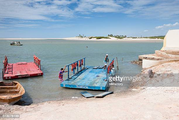 Travessia de Ferry perto de Canoa Quebrada no litoral do Brasil