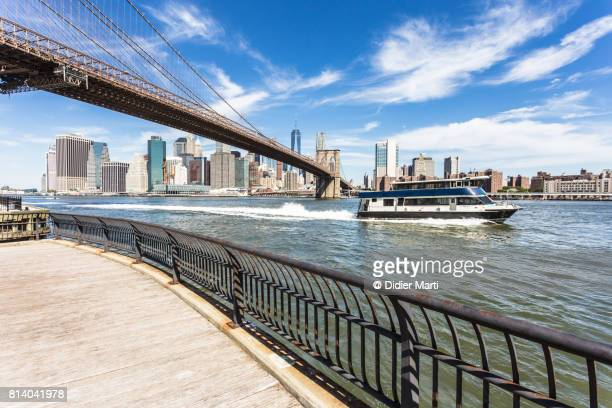 ferry in new york city in front of manhattan business district. - dumbo imagens e fotografias de stock