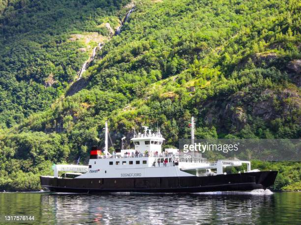 """ferry in the nærøyfjord in norway during a beautiful summer day - """"sjoerd van der wal"""" or """"sjo"""" stock pictures, royalty-free photos & images"""