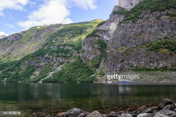 """veerboot in de nærøyfjord in noorwegen tijdens een mooie zomerdag - """"sjoerd van der wal"""" or """"sjo""""nature stockfoto's en -beelden"""