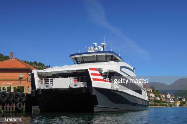 """veerboot in de haven van sogndal in noorwegen tijdens een mooie de zomerdag - """"sjoerd van der wal"""" or """"sjo""""nature stockfoto's en -beelden"""