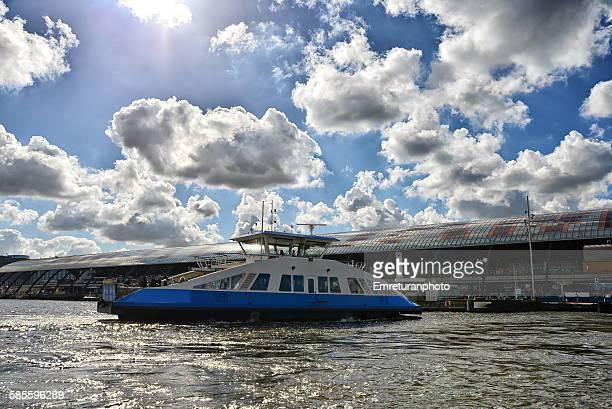ferry landing at amsterdam central station - emreturanphoto - fotografias e filmes do acervo